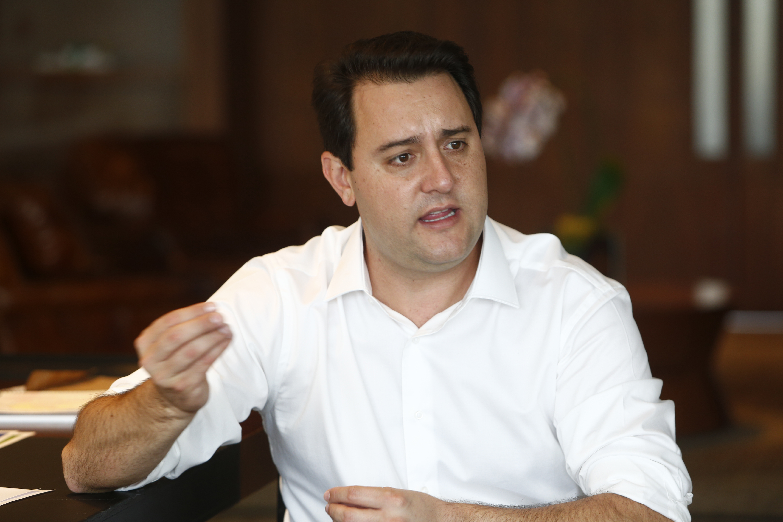 Ratinho Junior durante entrevista sobre os 100 dias no governo