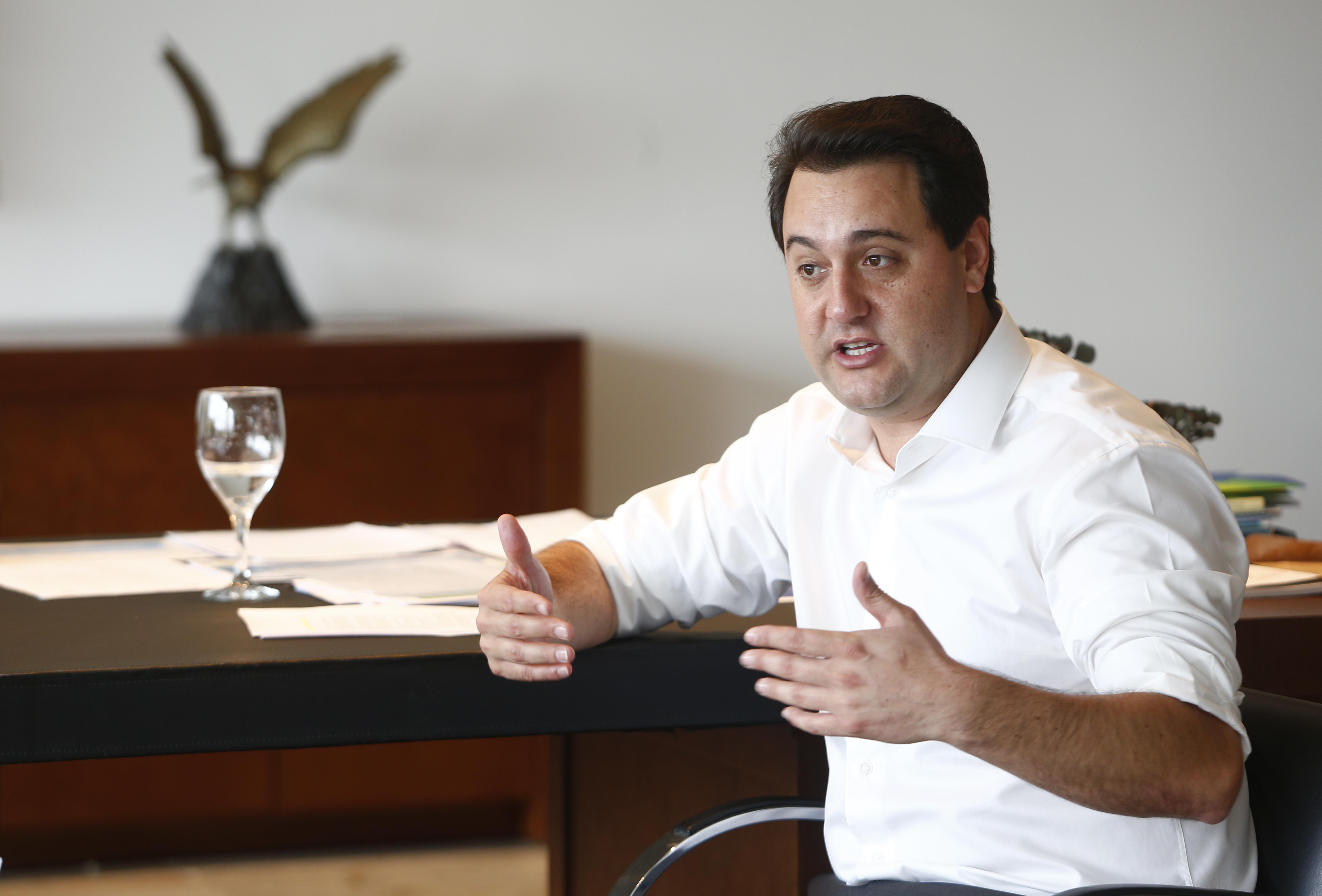 Ratinho Junior em entrevista no seu gabinete
