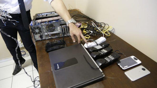 Dupla usava software para interceptar linhas