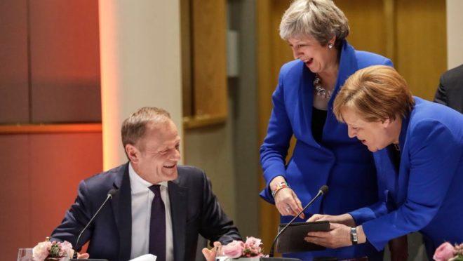 O presidente do Conselho Europeu, Donald Tusk; a primeira-ministra britânica, Theresa May; e a chanceler alemã, Angela Merkel antes da reunião do Conselho no Parlamento Europeu em Bruxelas, 10 de abril. Foto: Olivier Hoslet / POOL / AFP