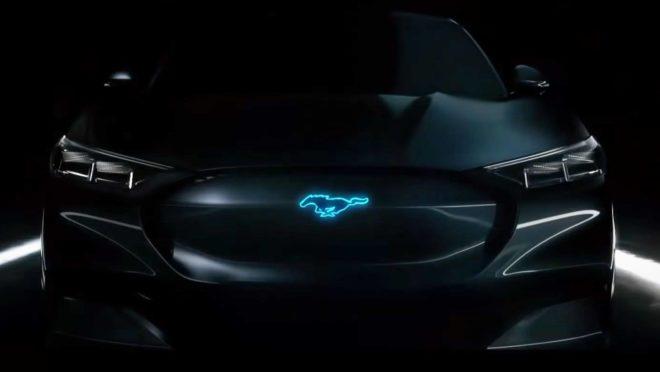 Teaser divulgado pela Ford mostra o logo do Mustang em azul fosforescente. Foto: Ford/ Divulgação