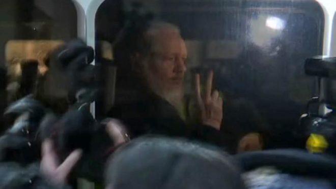 O fundador do WikiLeaks, Julian Assange, enquanto é levado pela polícia britânica para um tribunal em Londres, 11 de abril