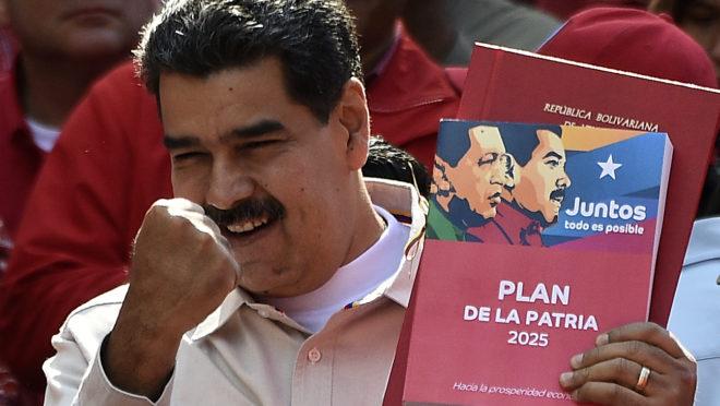 Sob o regime Maduro, desemprego acelerou a níveis não vistos desde o fim da guerra da Bósnia | Foto: Federico Parra/AFP