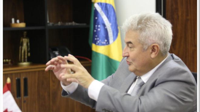 O ministro Marcos Pontes em seu gabinete.