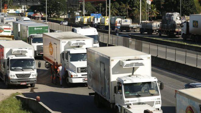 Caminhoneiros fizeram paralisação na BR 101, Niterói-Manilha, em maio, na altura de Itaboraí, no Rio de Janeiro.