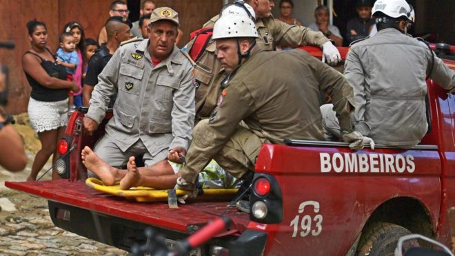 Caminhão de bombeiros carrega uma pessoa ferida depois que dois prédios desabaram em Muzema, Rio de Janeiro, Brasil, em 12 de abril de 2019. (Foto de CARL DE SOUZA / AFP)
