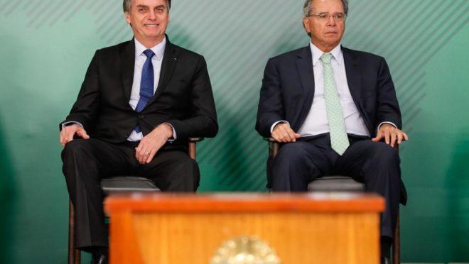 Bolsonaro e o ministro da Economia, Paulo Guedes: ajuste fiscal iniciado em 2016 e aprofundado no atual governo finalmente começa a dar frutos.