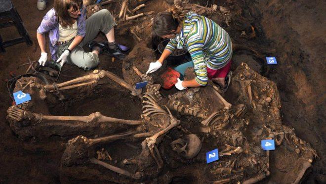 Foto de 2011 mostra a Equipe Argentina de Antropologia Forense trabalhando em uma cova coletiva encontrada em um centro de detenção clandestino usado durante a ditadura militar (1976-1983), na província de Tucumán. Foto: AFP / Equipo Argentino de Antropologia Forense
