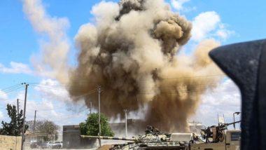 Foto tirada em 12 de abril mostra fumaça subindo após um ataque aéreo atrás de um tanque e um veículo armado das forças aliadas ao Governo de União Nacional (GNA), reconhecido internacionalmente, durante combate no subúrbio de Wadi Rabie, 30 quilômetros ao sul da capital Trípoli. Foto: Mahmud Turkia / AFP