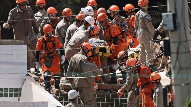 Bombeiros trabalham no resgate de vítimas do desabamento de prédios em Muzema, na zona oeste do Rio