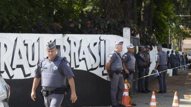 Policiais guardam a entrada da Escola Raul Brasil após um atentado que deixou 10 mortos