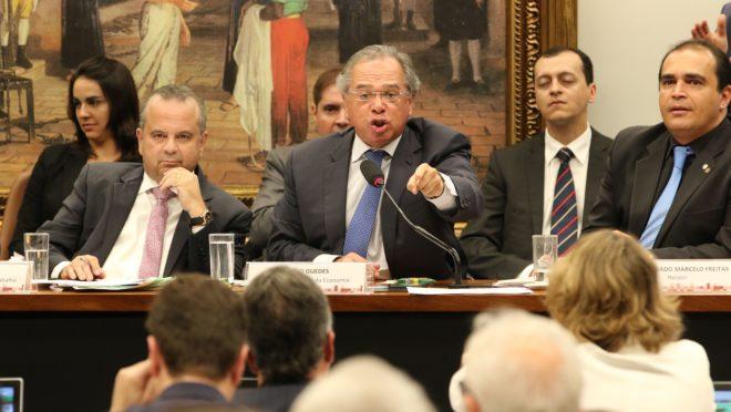 """Em sessão que terminou em confusão na CCJ, o ministro da Economia, Paulo Guedes, quase não contou com o auxílio da base aliada. E bateu boca com a oposição ao ser chamado de """"tchutchuca"""". (Foto: Fabio Rodrigues Pozzebom/ABr)"""