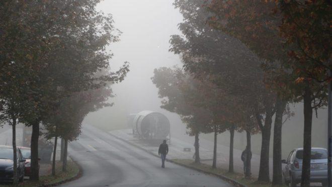 A manhã começou com muita neblina em Curitiba (Foto: Atila Alberti/Tribuna do Paraná)