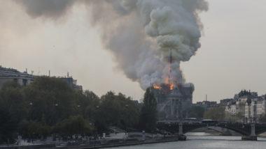 A fumaça sobe enquanto as chamas sobem durante um incêndio na Catedral de Notre-Dame, no centro de Paris, em 15 de abril de 2019 | Foto: FRANCOIS GUILLOT / AFP