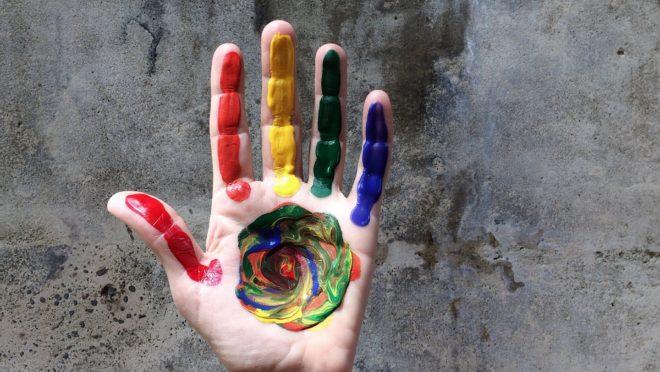 A pesquisa sugere que as crescentes taxas de disforia de gênero entre adolescentes pode ser algo resultante da socialização, e não de fatores biológicos inerentes. (Foto: Pixabay)
