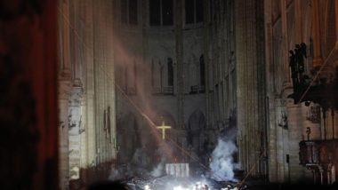 Fumaça sobre em frente ao altar da catedral de Notre-Dame após incêndio, 15 de abril. Foto: PHILIPPE WOJAZER / POOL / AFP