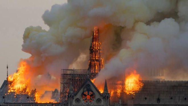 A catedral de Notre-Dame, em Paris, envolta pelas chamas nesta segunda-feira, 15 de abril de 2019. Foto: Fabien Barrau / AFP