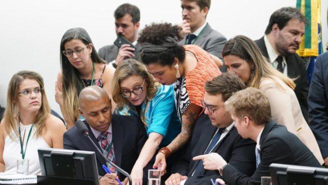 Deputados em sessão da CCJ que aprovou a PEC do orçamento impositivo. Foto: Pablo Valadares/Agência Câmara