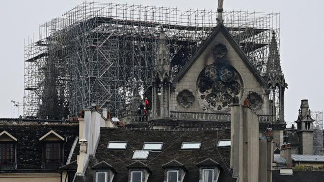Catedral de Notre-Dame um dia após o incêndio que a destruiu parcialmente | Foto: Lionel BONAVENTURE / AFP