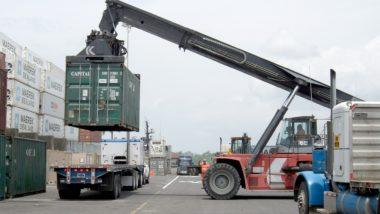 Carregamento de contêineres em porto