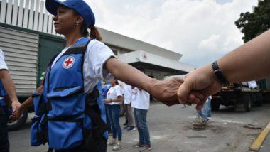 Membros da Cruz Vermelha na Venezuela recebem o primeiro carregamento de ajuda humanitária para a Venezuela na sede da organização em Caracas, 16 de abril. Foto: Yuri Cortez / AFP