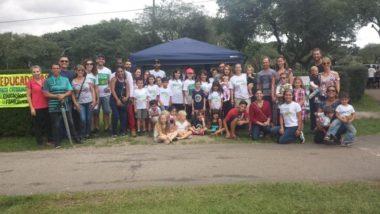 No último domingo, famílias que ensinam os filhos em casa fizeram uma ação em Curitiba para conscientizar a população sobre a prática. Foto: Aliança das Famílias Educadoras do Paraná | Divulgação.