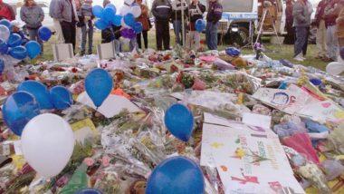 Foto de 21 de abril de 1999 mostra moradores de Littleton, no estado americano do Colorado, próximos a flores deixadas em homenagem às vítimas do massacre de Columbine, em que dois atiradores mataram e feriram colegas da escola em 20 de abril de 1999. Foto: Hector Mata / AFP