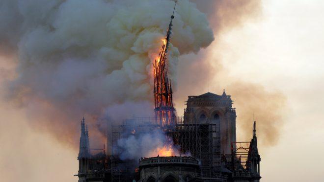Foto do incêndio na catedral de Notre-Dame de Paris.