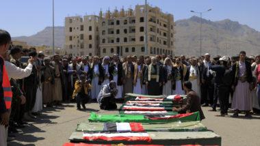 Rebeldes do Iêmen realizam funeral coletivo para crianças mortas em uma explosão perto de duas escolas na capital Sanaa, em 10 de abril | Foto: MOHAMMED HUWAIS / AFP