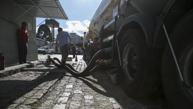 Caminhão sendo abastecido com óleo diesel. Caminhoneiros criticaram medidas anunciadas pelo governo Bolsonaro e ameaçam fazer greve se o preço do óleo diesel subir.