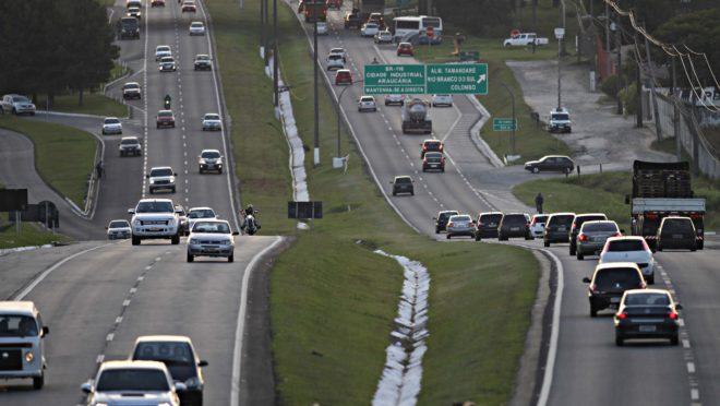 BR-277 em Curitiba com carros seguindo dos dois lados