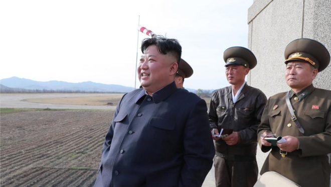 Esta foto de 16 de abril, distribuída nesta quarta-feira (17) pela agência de  notícias norte-coreana mostra o ditador Kim Jong Un observando o voo de teste de pilotos de combate de unidade 1017 da Força Aérea e Anti-aérea em local não identificado. Foto: KCNA VIA KNS / various sources / AFP