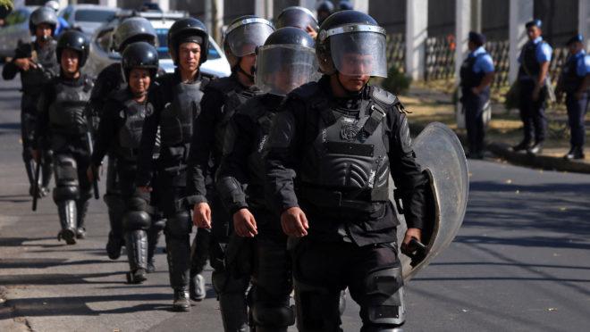 A polícia de choque é destacada enquanto manifestantes protestam contra o governo em um estacionamento em Manágua em 17 de abril de 2019 | Foto: MAYNOR VALENZUELA / AFP