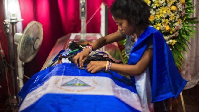 Velório de Gerald José Vasquez Lopez, 20, morto durante um confronto com a polícia e paramilitares pró-Ortega na Universidade Nacional Autônoma da Nicarágua, em Manágua, em 14 de julho | Foto: Juan Carlos/Washington Post