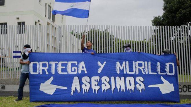 Estudantes de diferentes universidades da Nicarágua exigem que Daniel Ortega e sua esposa, a vice-presidente Rosario Murillo, renunciem, em 2 de agosto, em Manágua | Foto: Inti OCON/AFP