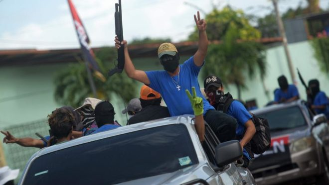 Paramilitares no bairro de Monimbo, em Masaya, Nicarágua, em 18 de julho de 2018, após confrontos com manifestantes anti-Ortega | Foto: MARVIN RECINOS/AFP