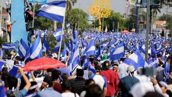Manifestantes protestam contra o governo da Nicarágua em Manágua em 9 de maio de 2018 | Foto: INTI OCON/AFP