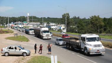 Caminhoneiros fazem manifestação em Curitiba pedindo atenção de Bolsonaro.