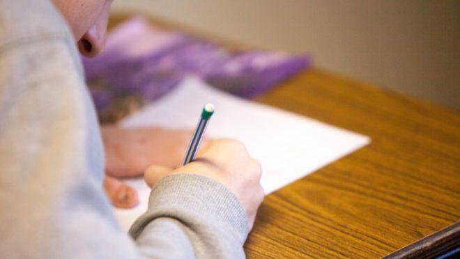 PEC quer proibir governo de editar matérias sobre diretrizes da educação por MP