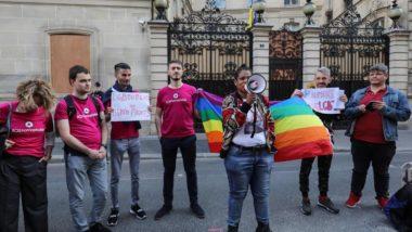 Ativistas fazem protesto em frente à embaixada do Brunei em Paris contra as recém-aprovadas penas de morte contra sexo gay e adultério, 18 de abril. Foto: Ludovic MARIN / AFP
