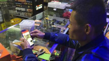 Jiang Shuiqiu, gerente de uma loja de pesca na cidade de Changsha, China, na Província de Hunan, usa o aplicativo Estude a Grande Nação, 21 de março de 2019. Jiang tem sido elogiado na imprensa local por sua alta pontuação no novo aplicativo dedicado à promoção do presidente Xi Jinping e do Partido Comunista – um equivalente do Livro Vermelho de Mao da era digital