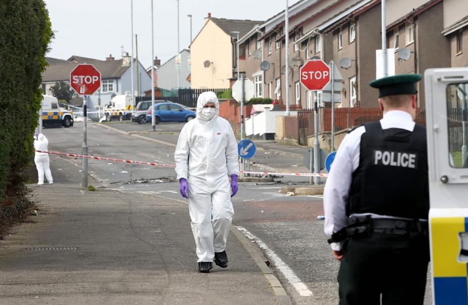 Especialistas forenses da polícia inspecionam o local onde uma jornalista foi morta a tiros durante confronto na cidade de Londonderry, Irlanda do Norte. Foto: Paul Faith / AFP