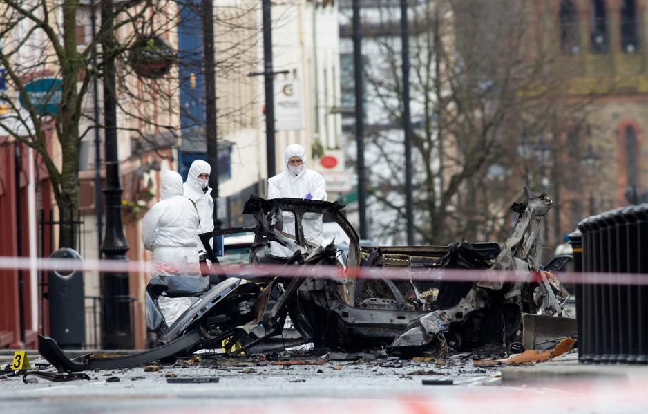 Foto de 20 de janeiro de 2019. Policiais forenses inspecionam a cena após a explosão de um carro bomba em Londonderry, Irlanda do Norte. Foto: Paul Faith / AFP