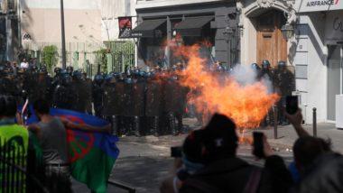 """Confronto entre manifestantes e a polícia durante protesto dos """"coletes amarelos"""" pelo 23 sábado consecutivo, em Paris, 20 de abril. Foto: Zakaria ABDELKAFI / AFP"""