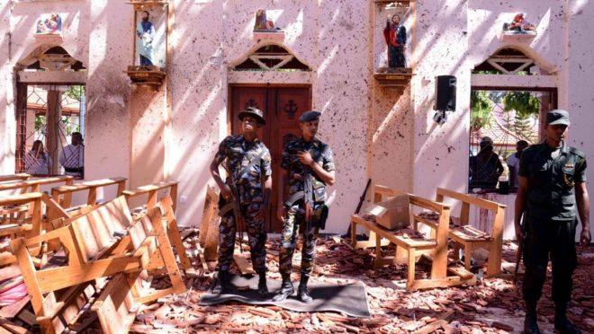 Soldados do Sri Lanka no interior da Igreja de São Sebastião, em Negombo, 21 de abril. Foto: AFP