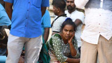 Parentes de vítimas do atentado em uma igreja no Sri Lanka sentam em frente ao hospital em Batticaloa, 21 de abril. Foto: LAKRUWAN WANNIARACHCHI / AFP