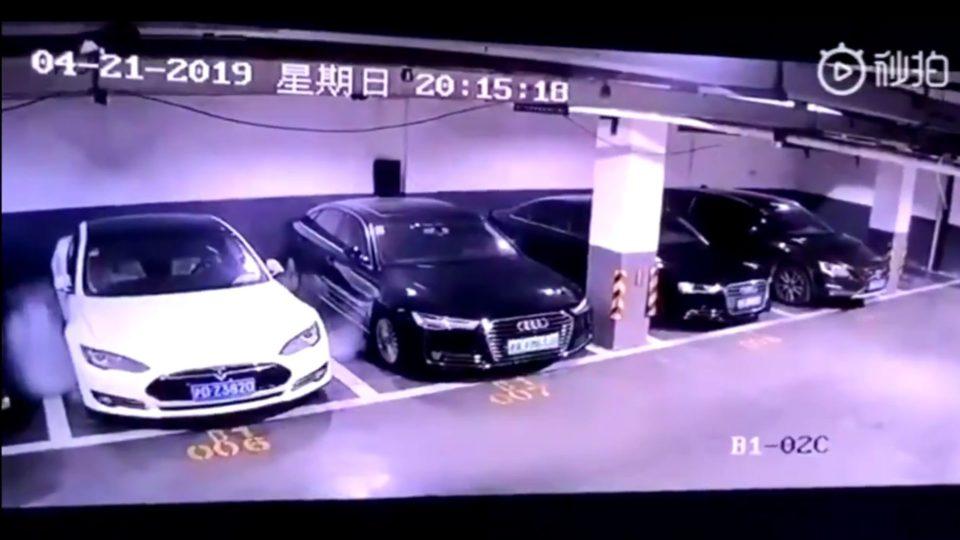 Vídeo registra explosão com Tesla em estacionamento
