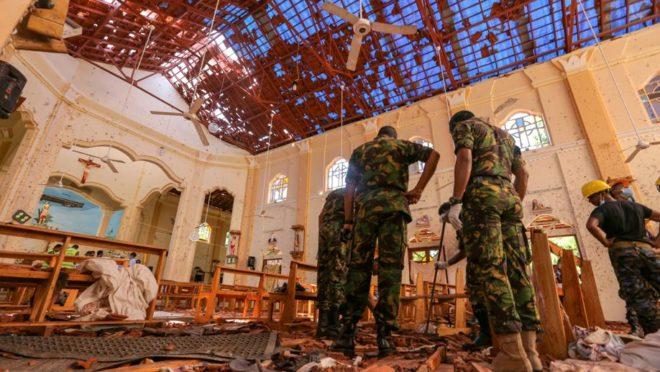 Soldados do Sri Lanka verificam os danos dentro da Igreja de São Sebastião em Negombo, em 22 de abril de 2019. (Foto: Tharaka Basnayaka/Bloomberg)