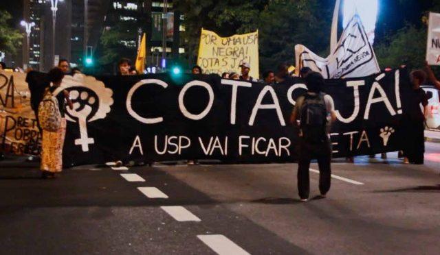 Estudantes da USP protestam em favor de cotas raciais na universidade.
