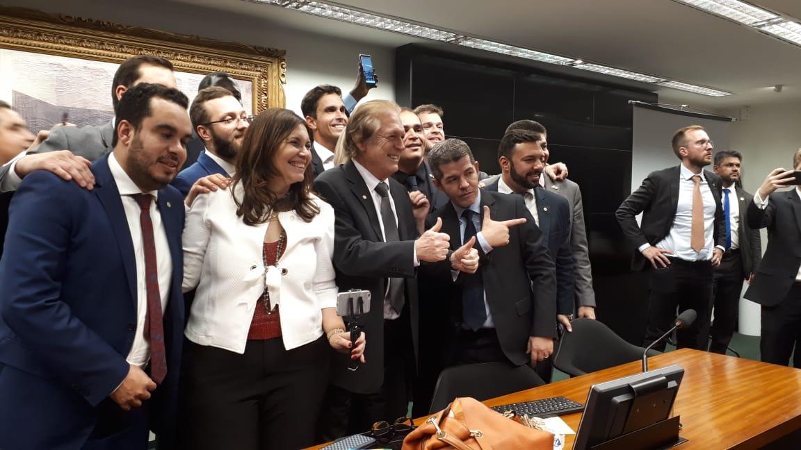 Deputados pró-governo comemorando a aprovação da Previdência na CCJ.
